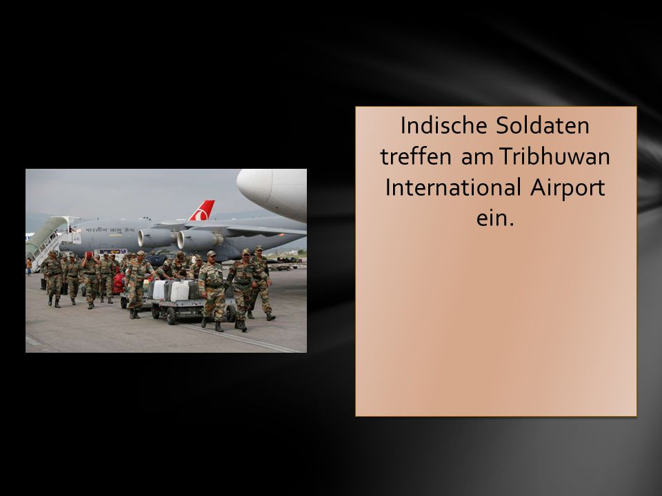 Indische Soldaten treffen am Tribhuwan International Airport ein.