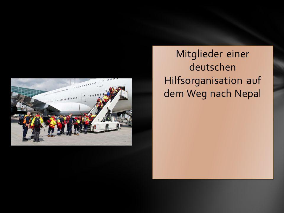 Mitglieder einer deutschen Hilfsorganisation auf dem Weg nach Nepal