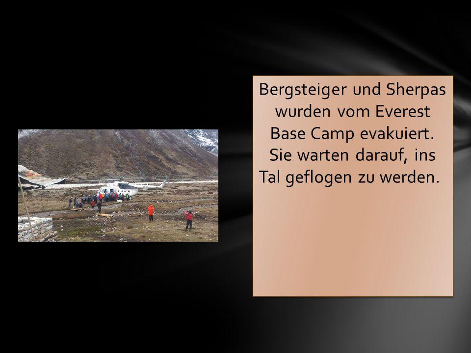 Bergsteiger und Sherpas wurden vom Everest Base Camp evakuiert. Sie warten darauf, ins Tal geflogen zu werden.