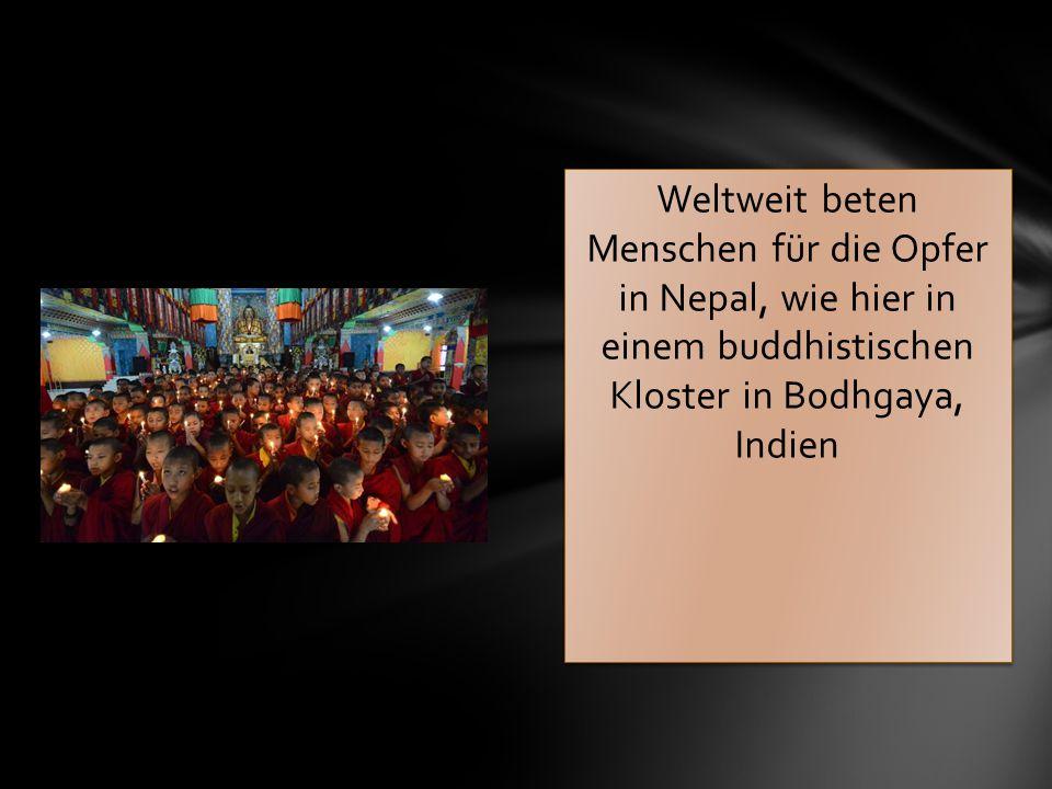 Weltweit beten Menschen für die Opfer in Nepal, wie hier in einem buddhistischen Kloster in Bodhgaya, Indien