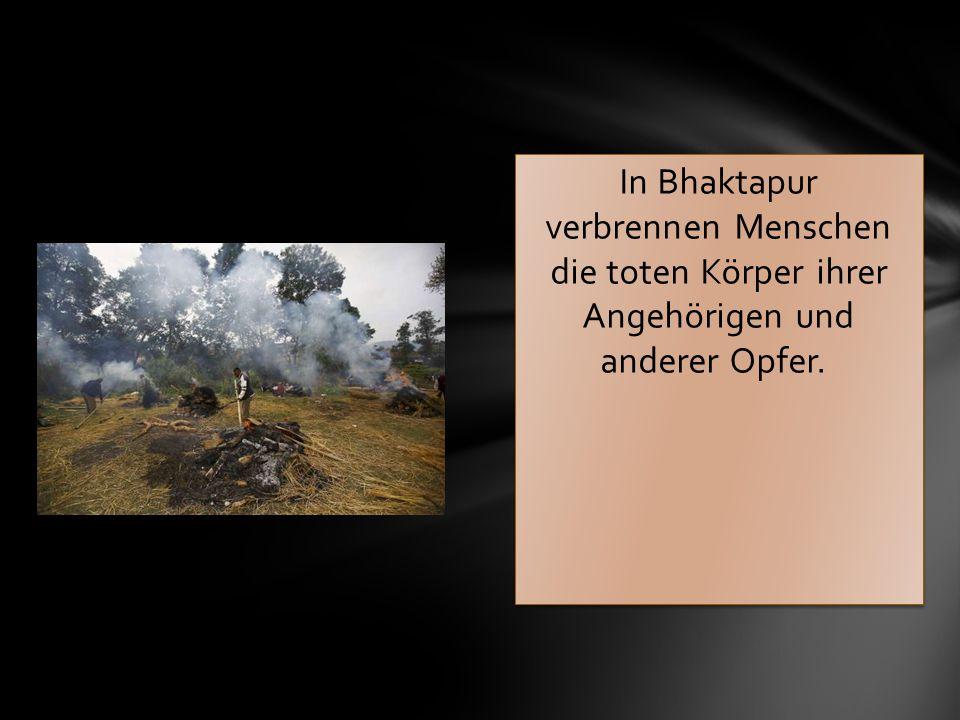 In Bhaktapur verbrennen Menschen die toten Körper ihrer Angehörigen und anderer Opfer.