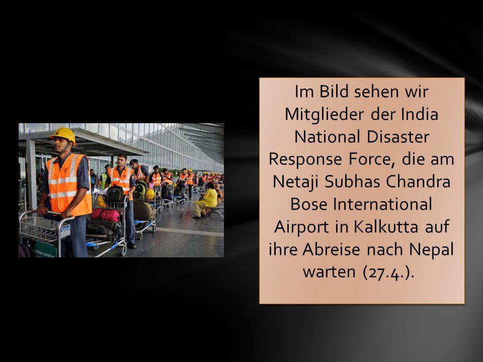 Im Bild sehen wir Mitglieder der India National Disaster Response Force, die am Netaji Subhas Chandra Bose International Airport in Kalkutta auf ihre Abreise nach Nepal warten (27.4.).