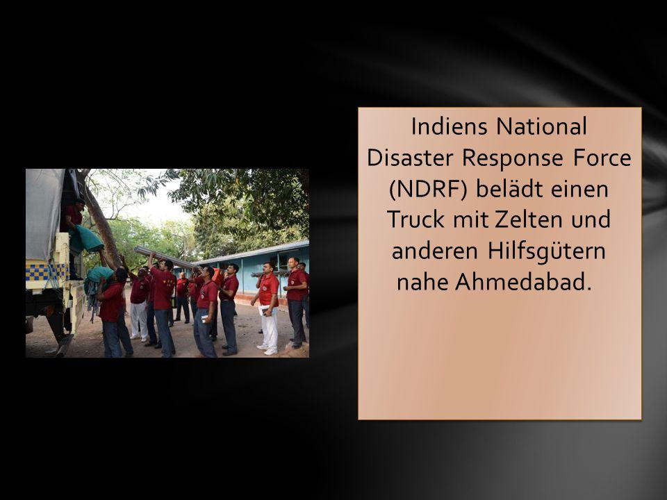 Indiens National Disaster Response Force (NDRF) belädt einen Truck mit Zelten und anderen Hilfsgütern nahe Ahmedabad.