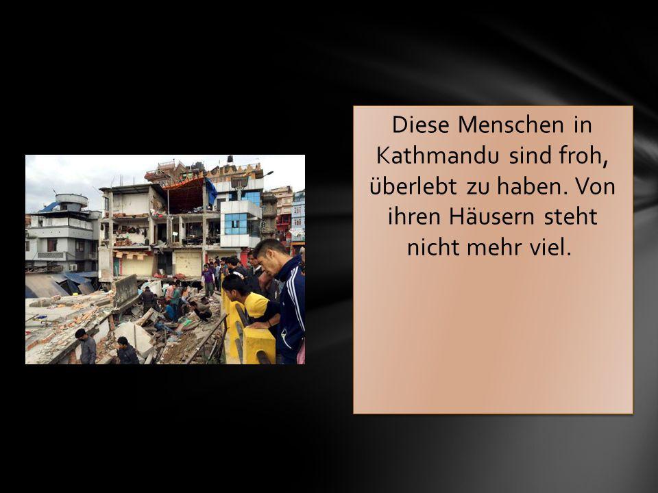 Diese Menschen in Kathmandu sind froh, überlebt zu haben. Von ihren Häusern steht nicht mehr viel.