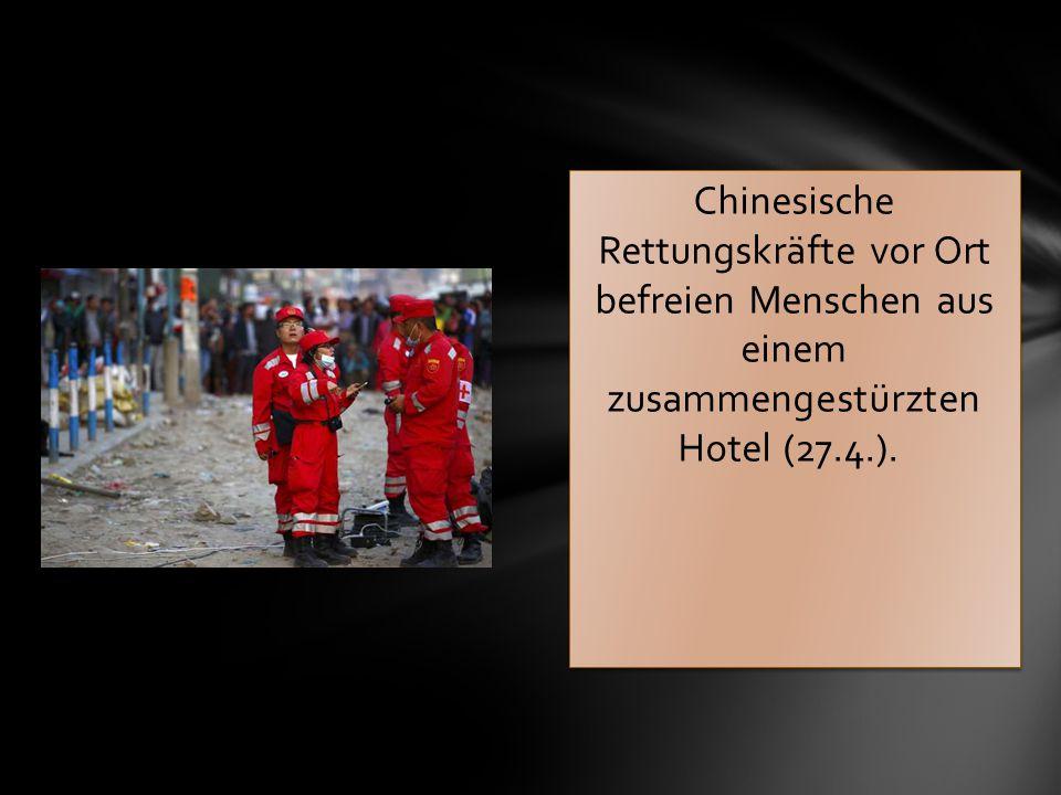 Chinesische Rettungskräfte vor Ort befreien Menschen aus einem zusammengestürzten Hotel (27.4.).
