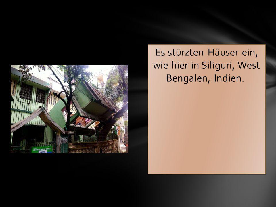 Es stürzten Häuser ein, wie hier in Siliguri, West Bengalen, Indien.