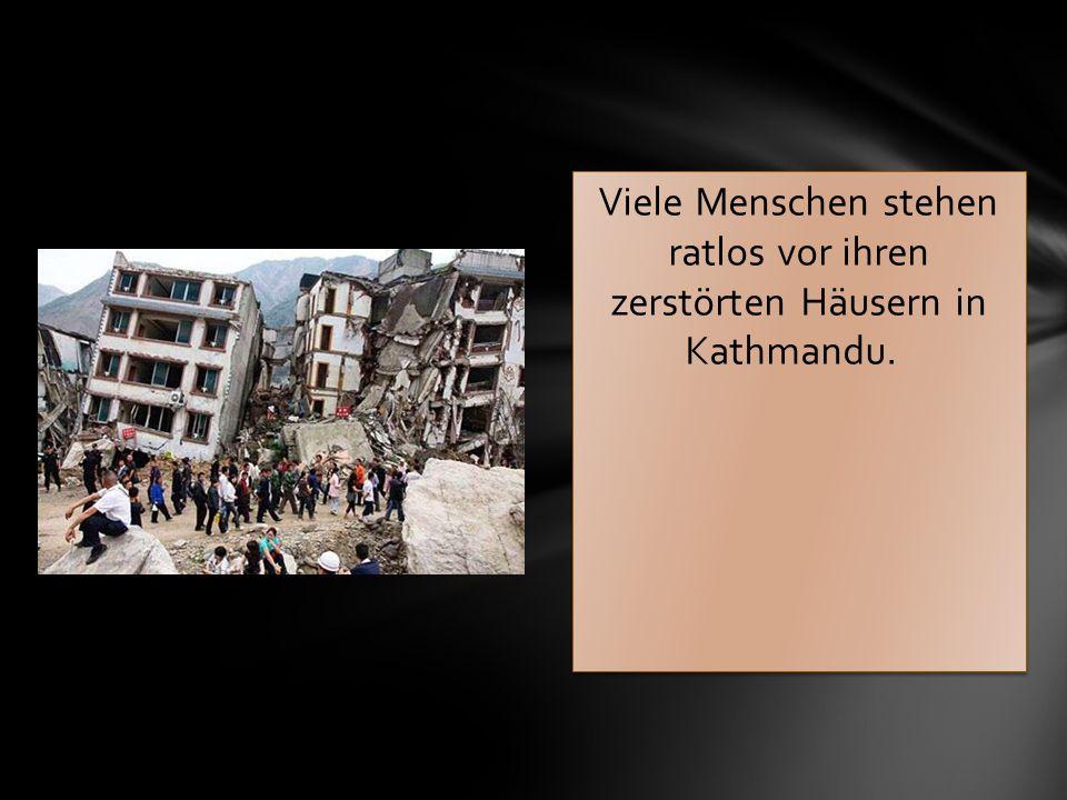Viele Menschen stehen ratlos vor ihren zerstörten Häusern in Kathmandu.