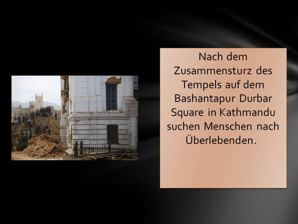 Nach dem Zusammensturz des Tempels auf dem Bashantapur Durbar Square in Kathmandu suchen Menschen nach Überlebenden.