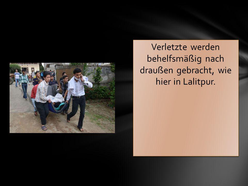 Verletzte werden behelfsmäßig nach draußen gebracht, wie hier in Lalitpur.