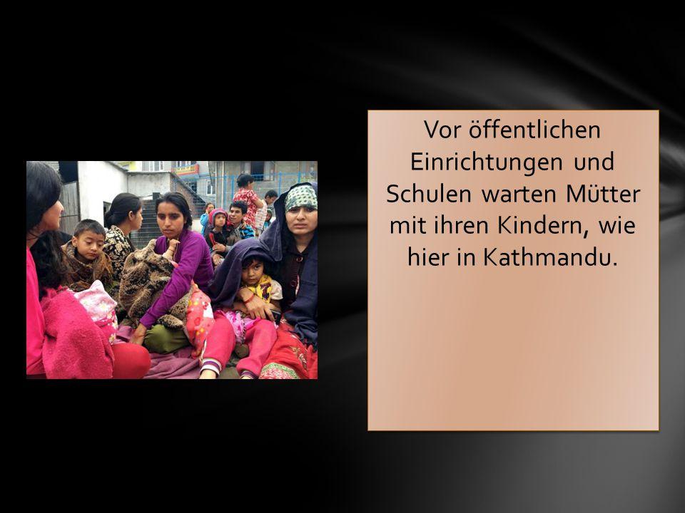 Vor öffentlichen Einrichtungen und Schulen warten Mütter mit ihren Kindern, wie hier in Kathmandu.