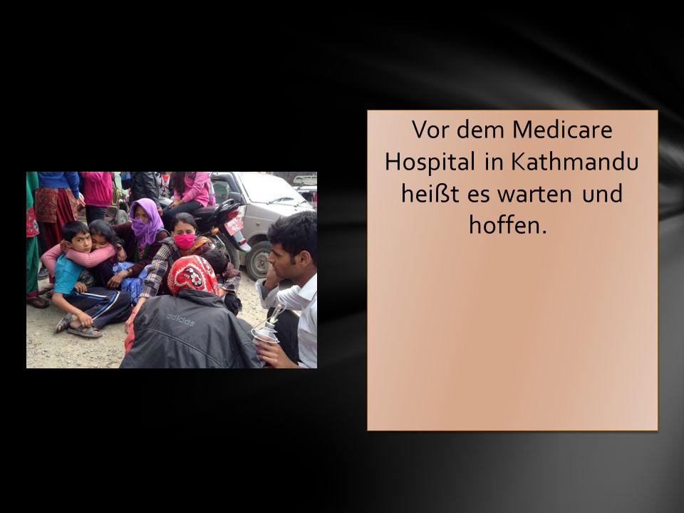 Vor dem Medicare Hospital in Kathmandu heißt es warten und hoffen.