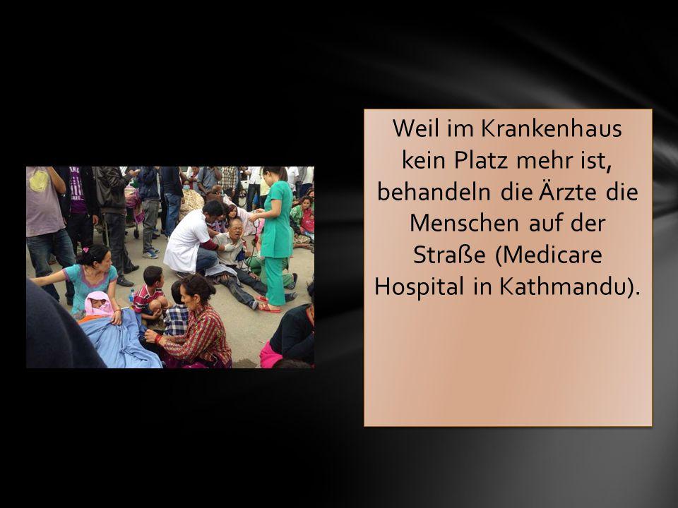 Weil im Krankenhaus kein Platz mehr ist, behandeln die Ärzte die Menschen auf der Straße (Medicare Hospital in Kathmandu).