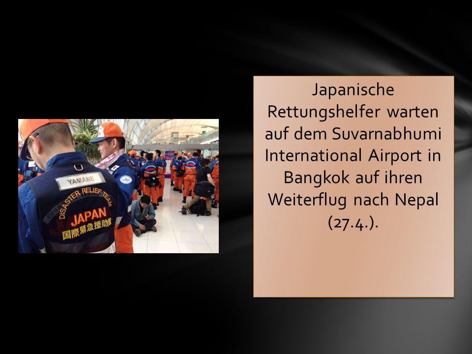 Japanische Rettungshelfer warten auf dem Suvarnabhumi International Airport in Bangkok auf ihren Weiterflug nach Nepal (27.4.).