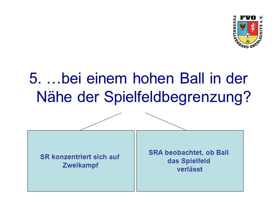 5. …bei einem hohen Ball in der Nähe der Spielfeldbegrenzung.