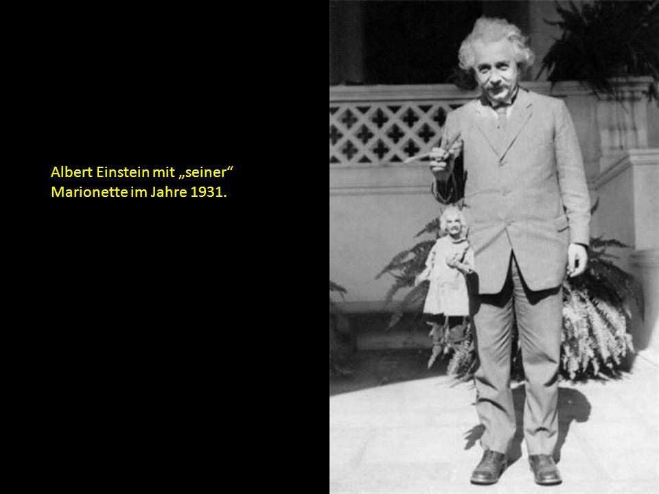 """Albert Einstein mit """"seiner Marionette im Jahre 1931."""