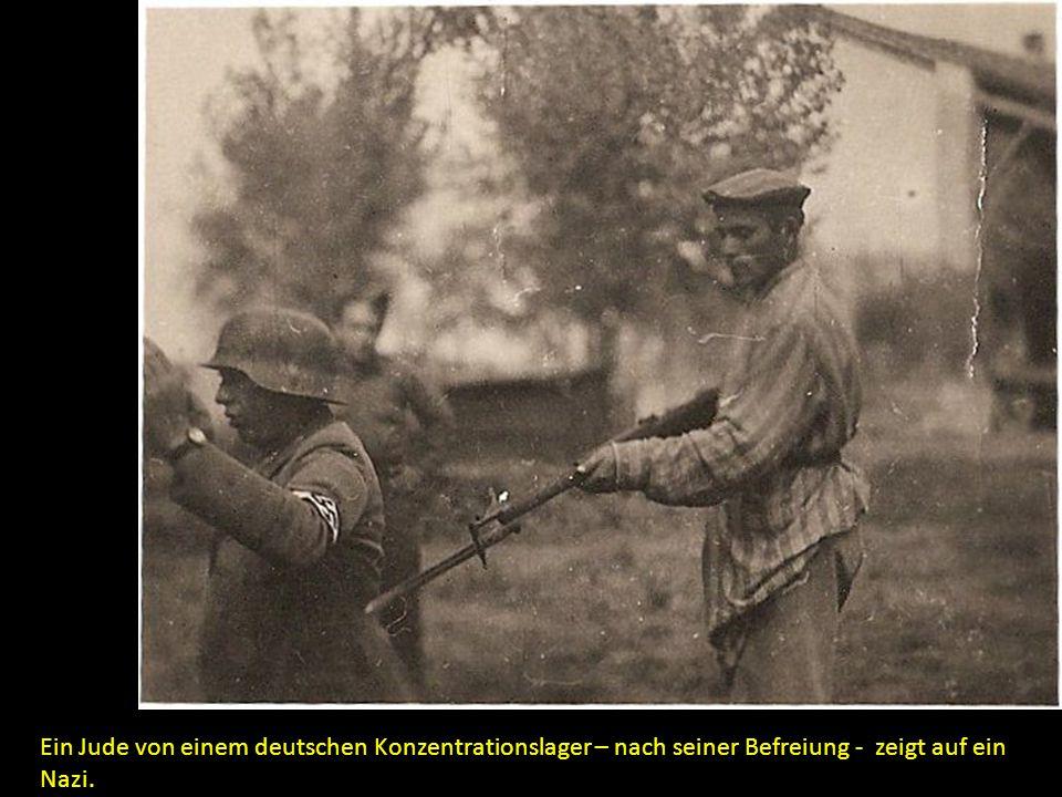 Ein Jude von einem deutschen Konzentrationslager – nach seiner Befreiung - zeigt auf ein Nazi.
