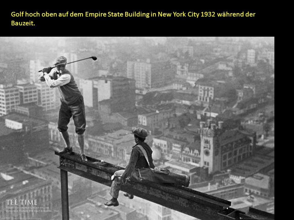 Golf hoch oben auf dem Empire State Building in New York City 1932 während der Bauzeit.