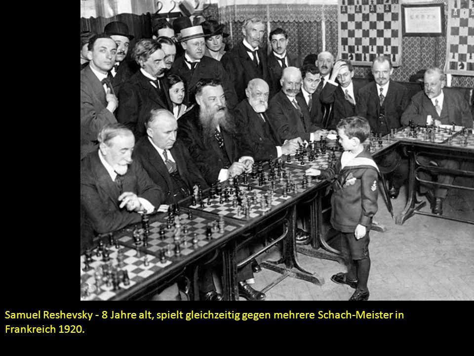 Samuel Reshevsky - 8 Jahre alt, spielt gleichzeitig gegen mehrere Schach-Meister in Frankreich 1920.