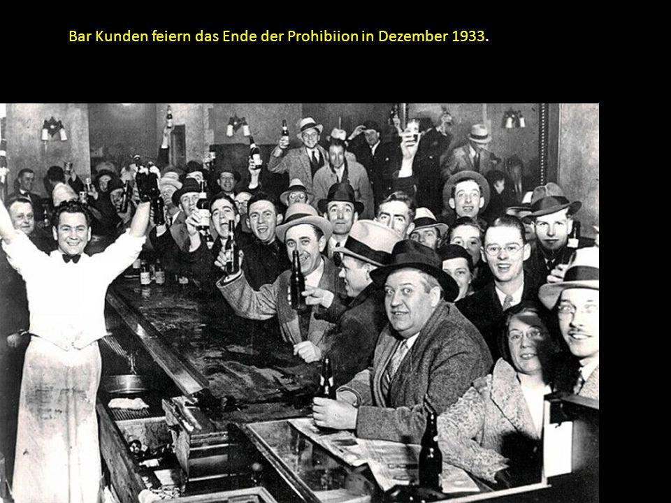 Bar Kunden feiern das Ende der Prohibiion in Dezember 1933.