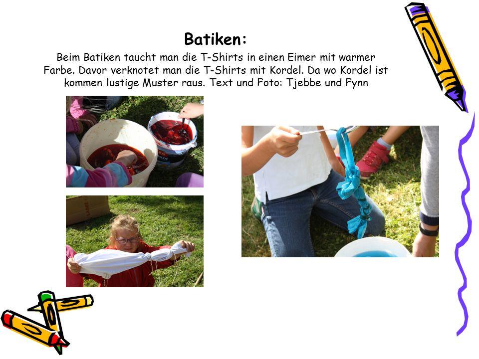 Batiken: Beim Batiken taucht man die T-Shirts in einen Eimer mit warmer Farbe. Davor verknotet man die T-Shirts mit Kordel. Da wo Kordel ist kommen lu