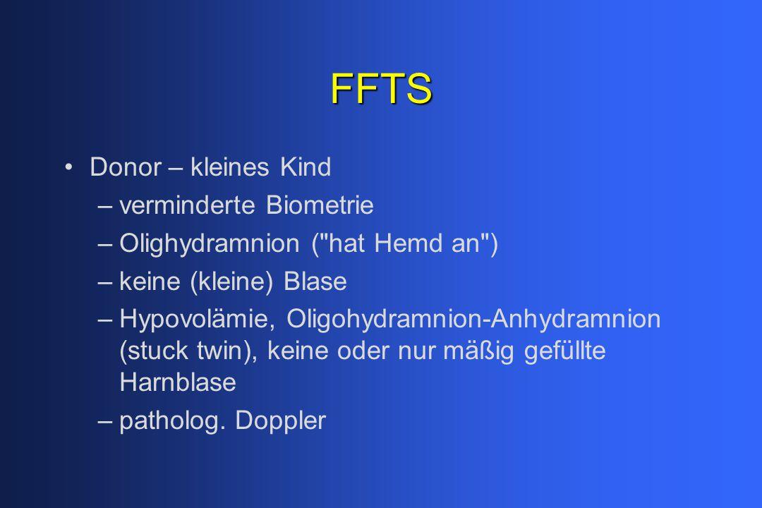FFTS Donor – kleines Kind –verminderte Biometrie –Olighydramnion ( hat Hemd an ) –keine (kleine) Blase –Hypovolämie, Oligohydramnion-Anhydramnion (stuck twin), keine oder nur mäßig gefüllte Harnblase –patholog.