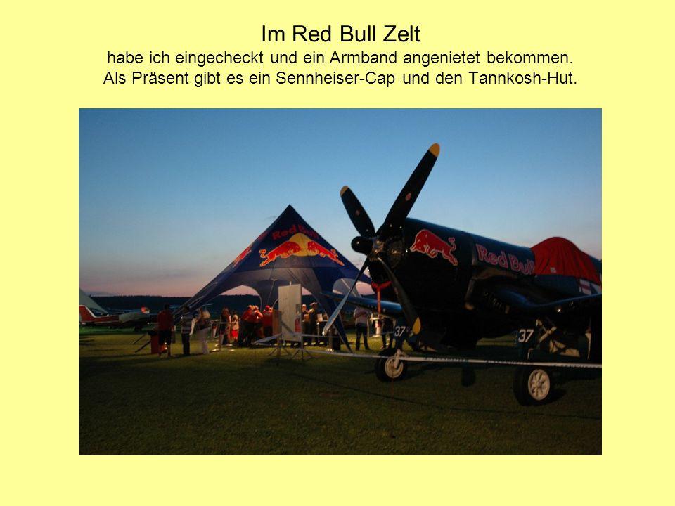 Im Red Bull Zelt habe ich eingecheckt und ein Armband angenietet bekommen. Als Präsent gibt es ein Sennheiser-Cap und den Tannkosh-Hut.