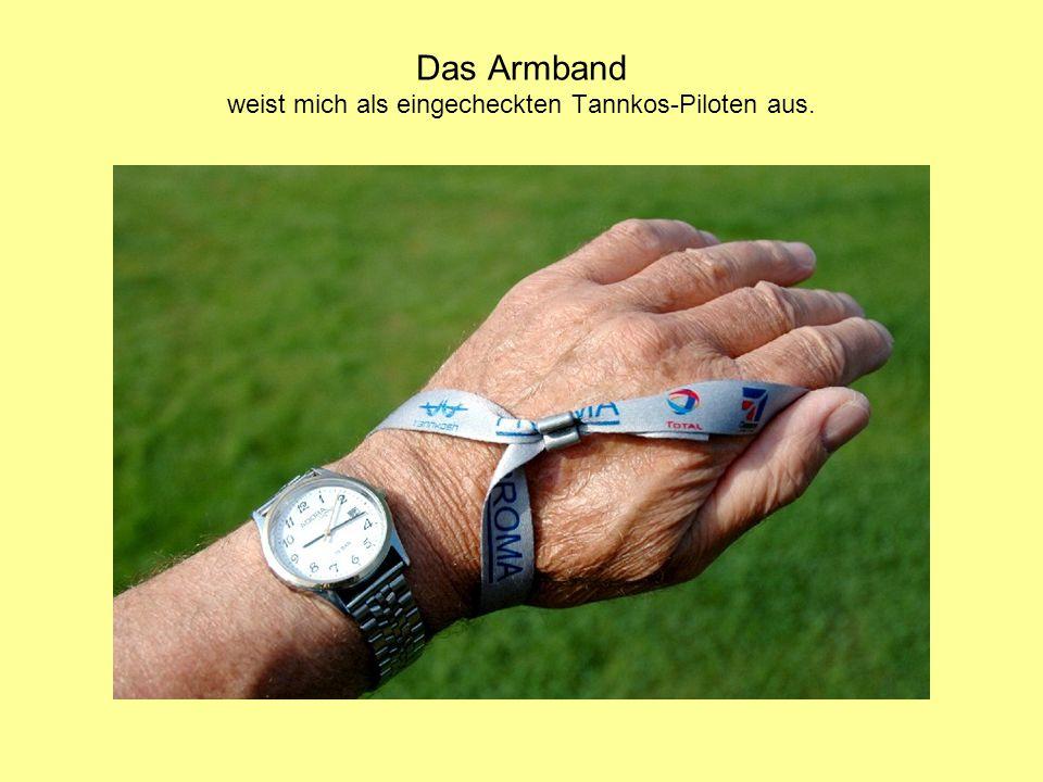 Das Armband weist mich als eingecheckten Tannkos-Piloten aus.