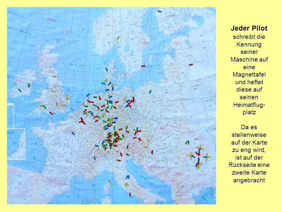 Jeder Pilot schreibt die Kennung seiner Maschine auf eine Magnettafel und heftet diese auf seinen Heimatflug- platz Da es stellenweise auf der Karte z