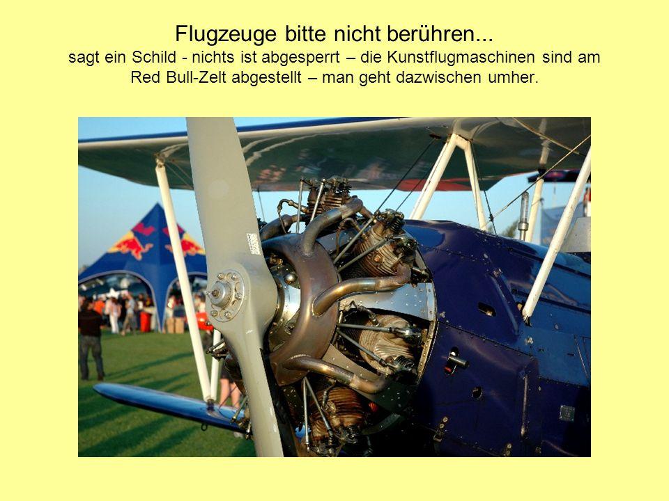 Flugzeuge bitte nicht berühren... sagt ein Schild - nichts ist abgesperrt – die Kunstflugmaschinen sind am Red Bull-Zelt abgestellt – man geht dazwisc