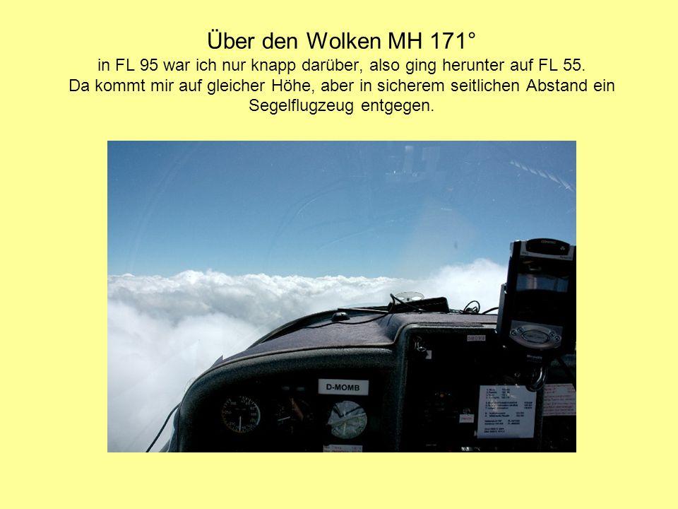 Über den Wolken MH 171° in FL 95 war ich nur knapp darüber, also ging herunter auf FL 55. Da kommt mir auf gleicher Höhe, aber in sicherem seitlichen