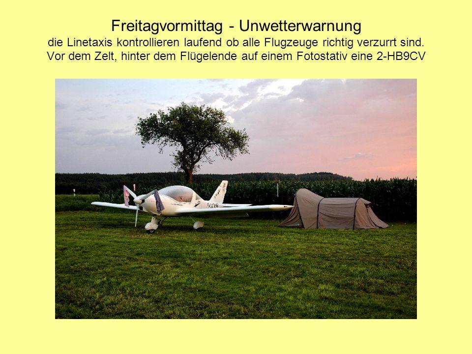 Freitagvormittag - Unwetterwarnung die Linetaxis kontrollieren laufend ob alle Flugzeuge richtig verzurrt sind. Vor dem Zelt, hinter dem Flügelende au