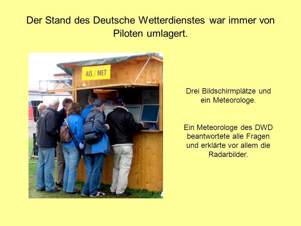 Der Stand des Deutsche Wetterdienstes war immer von Piloten umlagert. Drei Bildschirmplätze und ein Meteorologe. Ein Meteorologe des DWD beantwortete