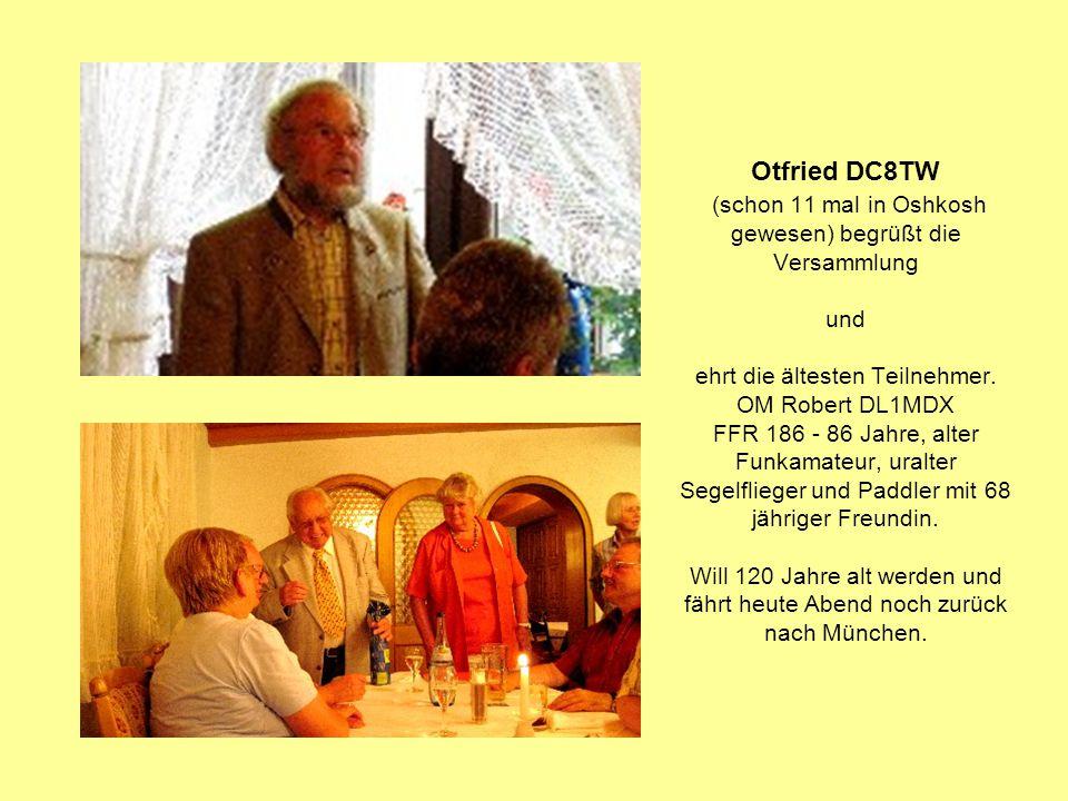 Otfried DC8TW (schon 11 mal in Oshkosh gewesen) begrüßt die Versammlung und ehrt die ältesten Teilnehmer. OM Robert DL1MDX FFR 186 - 86 Jahre, alter F