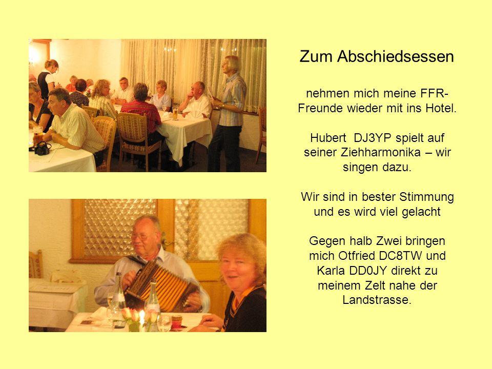 Zum Abschiedsessen nehmen mich meine FFR- Freunde wieder mit ins Hotel. Hubert DJ3YP spielt auf seiner Ziehharmonika – wir singen dazu. Wir sind in be