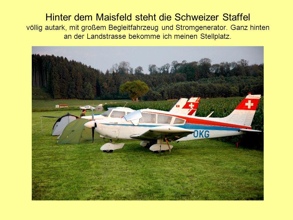 Hinter dem Maisfeld steht die Schweizer Staffel völlig autark, mit großem Begleitfahrzeug und Stromgenerator. Ganz hinten an der Landstrasse bekomme i