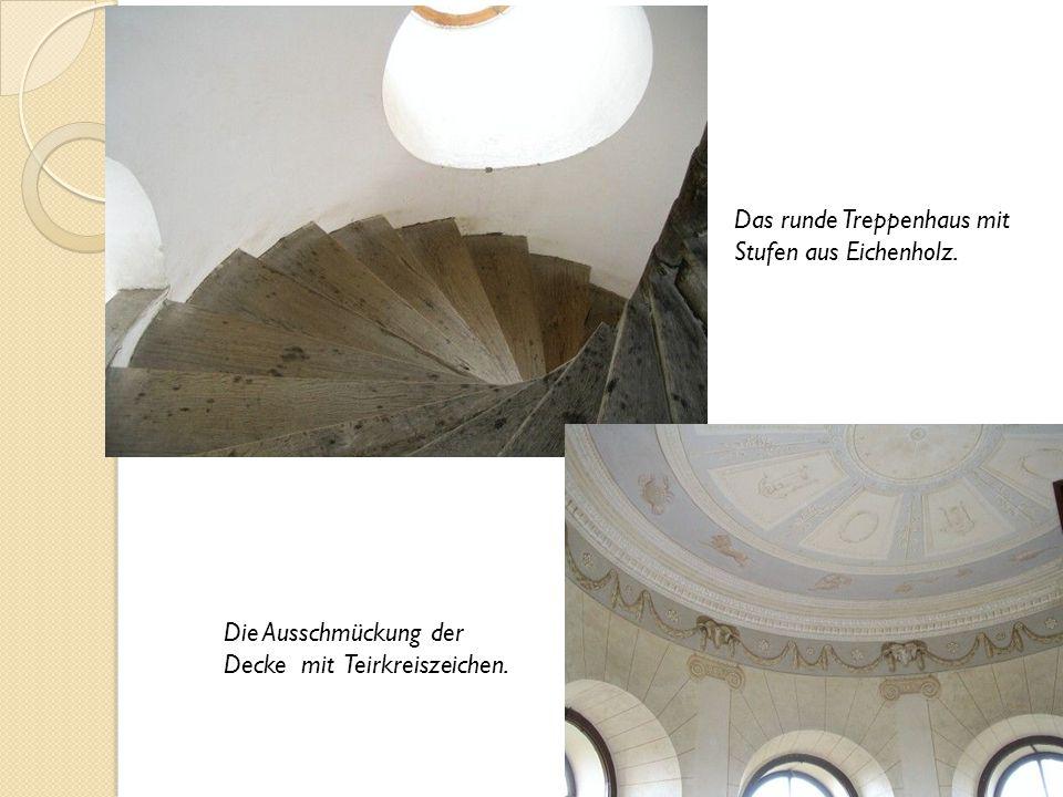 Das runde Treppenhaus mit Stufen aus Eichenholz. Die Ausschmückung der Decke mit Teirkreiszeichen.