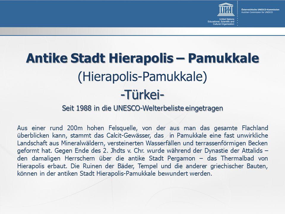 Antike Stadt Hierapolis – Pamukkale (Hierapolis-Pamukkale)-Türkei- Seit 1988 in die UNESCO-Welterbeliste eingetragen Aus einer rund 200m hohen Felsque