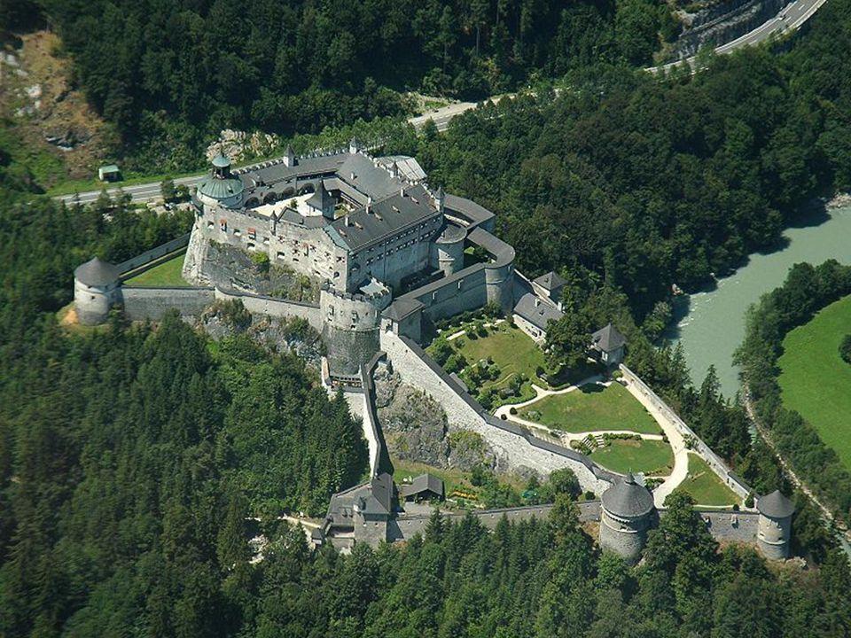 Die Festung Hohenwerfen ist eine mittelalterliche (erbaut 1075 bis 1078) Burg in Werfen im Salzburger Land zwischen Tennen-, Hagengebirge und Hoch- kö