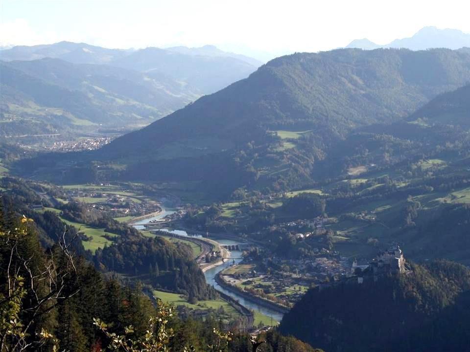 Die MarktgemeindeWerfen liegt im Pongau, etwa 40 km südlich von Salzburg, an der Salzach. Werfen wurde zwischen 1190 und 1242 gegründet und ist einer