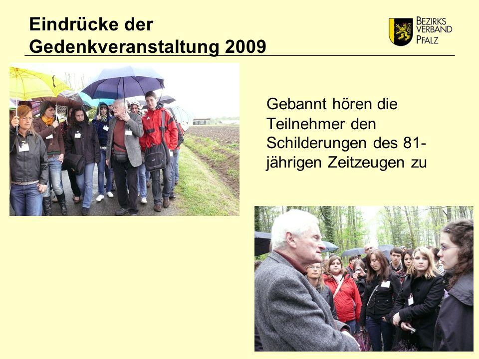 Eindrücke der Gedenkveranstaltung 2009 Gebannt hören die Teilnehmer den Schilderungen des 81- jährigen Zeitzeugen zu