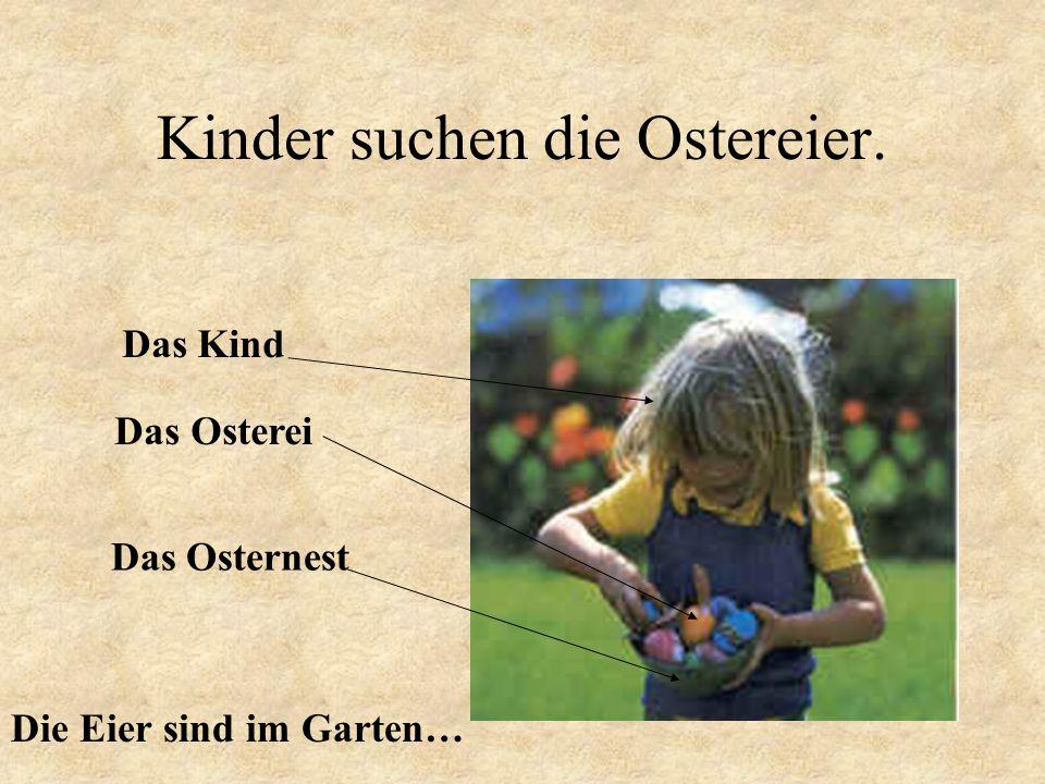 Kinder suchen die Ostereier. Das Kind Das Osternest Das Osterei Die Eier sind im Garten…
