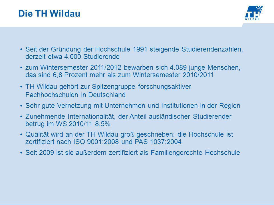 Die TH Wildau Seit der Gründung der Hochschule 1991 steigende Studierendenzahlen, derzeit etwa 4.000 Studierende zum Wintersemester 2011/2012 bewarben sich 4.089 junge Menschen, das sind 6,8 Prozent mehr als zum Wintersemester 2010/2011 TH Wildau gehört zur Spitzengruppe forschungsaktiver Fachhochschulen in Deutschland Sehr gute Vernetzung mit Unternehmen und Institutionen in der Region Zunehmende Internationalität, der Anteil ausländischer Studierender betrug im WS 2010/11 8,5% Qualität wird an der TH Wildau groß geschrieben: die Hochschule ist zertifiziert nach ISO 9001:2008 und PAS 1037:2004 Seit 2009 ist sie außerdem zertifiziert als Familiengerechte Hochschule
