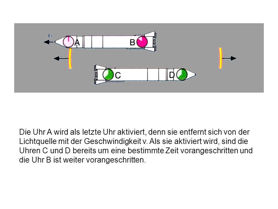 Da sich die untere Rakete als Bezugssystem nicht bewegt und die Uhren C und D gleichweit von der Lichtquelle entfernt waren, kommt hier bei beiden Uhren das Lichtsignal gleichzeitig an.