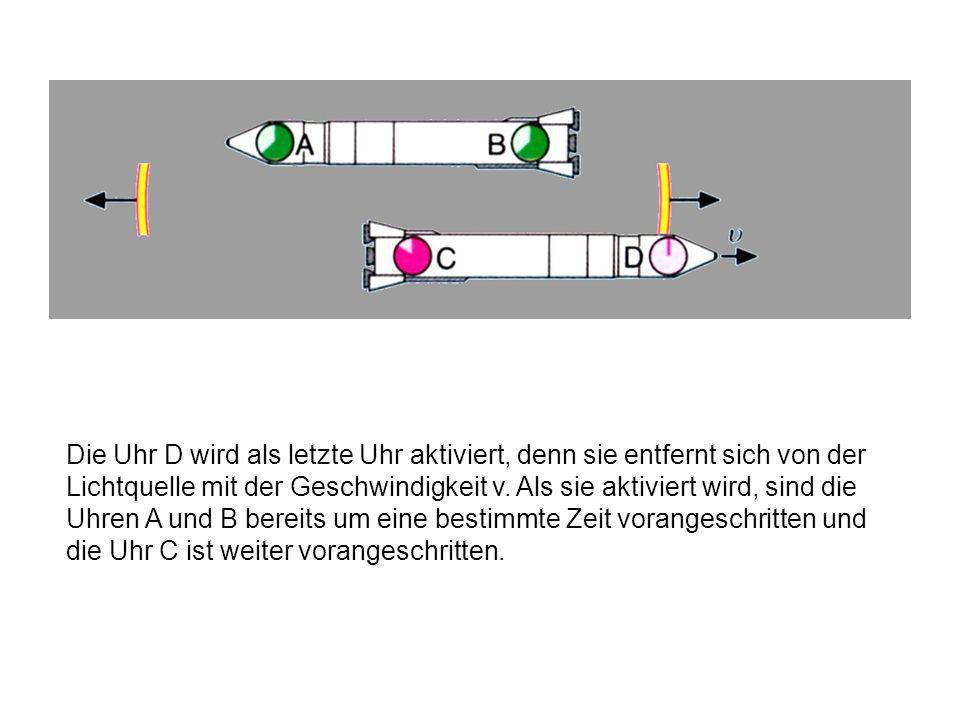 Da sich die obere Rakete nicht bewegt und die Uhren A und B gleichweit von der Lichtquelle entfernt waren, kommt hier bei beiden Uhren das Lichtsignal