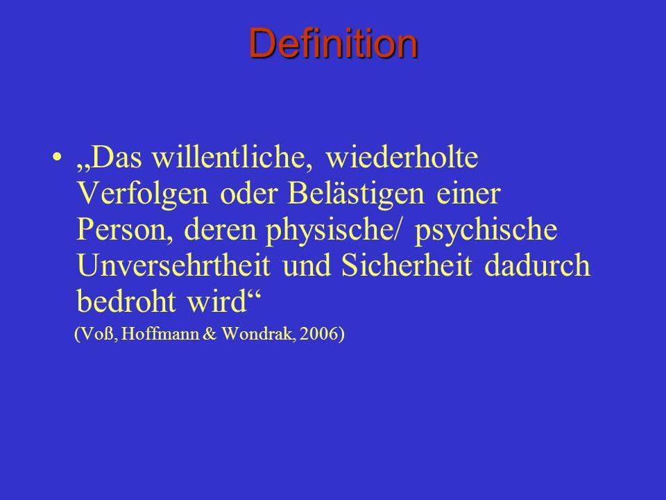 Definition Das willentliche, wiederholte Verfolgen oder Belästigen einer Person, deren physische/ psychische Unversehrtheit und Sicherheit dadurch bed