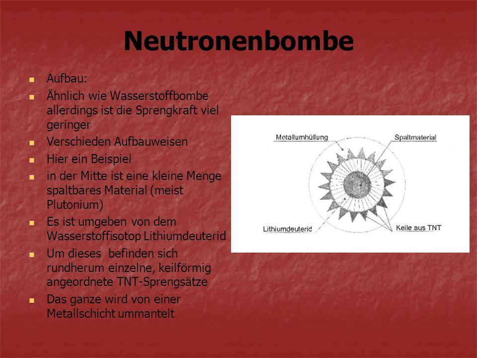 Zündung: TNT-Sprengsätze werden gezündet das Spaltmaterial verdichtet sich zu einer kritischen Masse Kernspaltung beginnt Durch die Hitze, die bei dieser Kettenreaktion entsteht beginnt das Lithiumdeuterid zu fusionieren Dann wird die gesamte Energie mit einem Schlag freigesetzt wegen der geringen Masse bleibt die Zerstörung durch den Explosionsdruck gering Durch die Kernfusion werden Neutronen in sehr großer Zahl freigesetzt So entsteht die starke Neutronenstrahlung, die jede Art von Lebewesen sofort töten kann, da jeder Organismus von Innen regelrecht verkocht