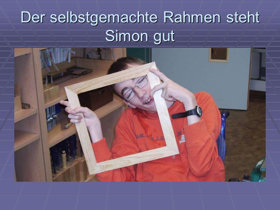 Der selbstgemachte Rahmen steht Simon gut
