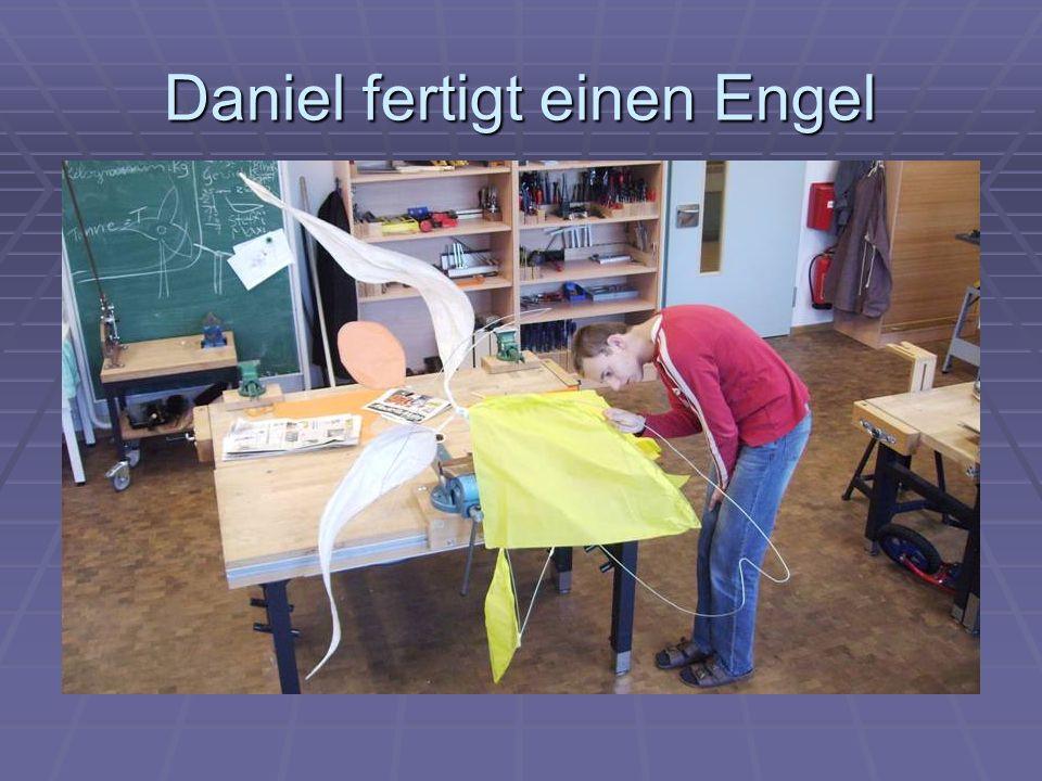 Daniel fertigt einen Engel