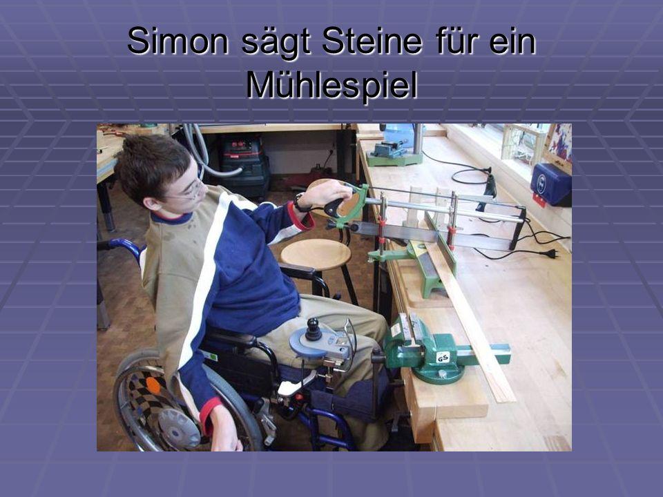 Simon sägt Steine für ein Mühlespiel