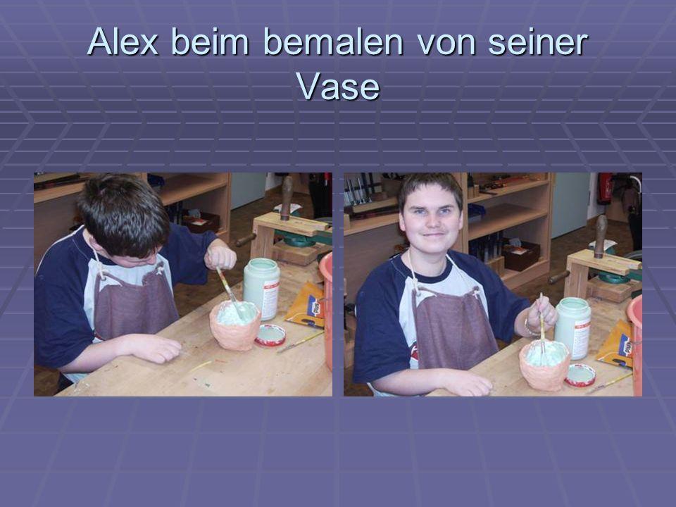 Alex beim bemalen von seiner Vase